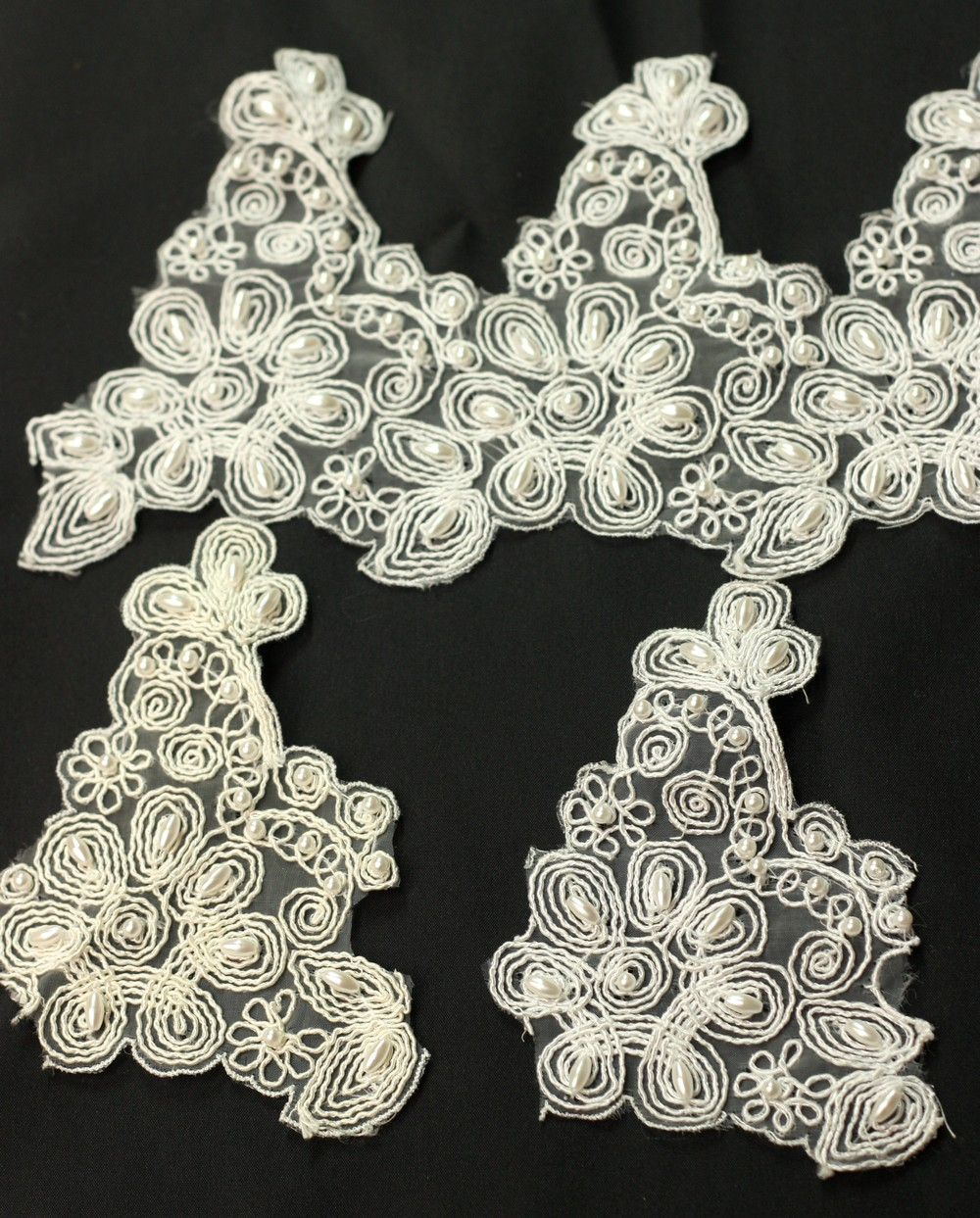 Applique de fleurs avec perles sur organza (802)
