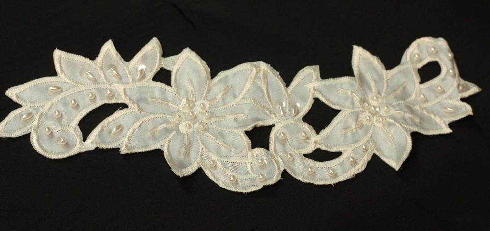 Applique de fleurs perles et sequins sur satin