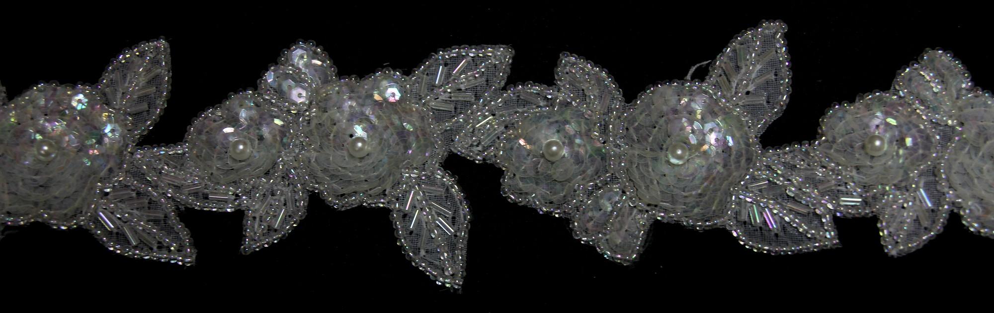 Appliques de fleurs en bande, perles et sequins